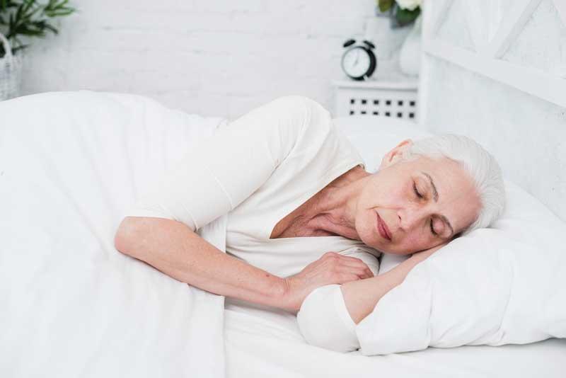 bezpieczna-pozycja-do-spania-seniora